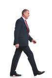 Lato di camminata dell'uomo di affari Immagini Stock