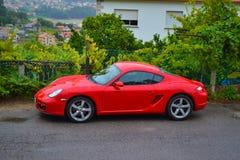 Lato di Porsche Cayman rosso 2 automobile sportiva 7, parcheggiata in una strada o immagini stock