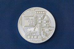 Lato di risvolto della moneta del metallo del bitcoin sul fondo blu della fibra fotografia stock libera da diritti