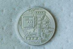 Lato di risvolto della moneta del metallo del bitcoin sul fondo blu della fibra immagine stock libera da diritti