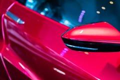 Lato di un'automobile sportiva rossa lucida immagini stock