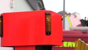 Lato di un camion dei vigili del fuoco rosso stock footage