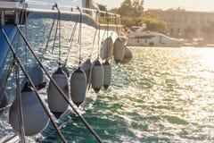 Lato di un yacht con i cuscini ammortizzatori Fotografia Stock Libera da Diritti