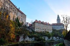 Lato di vecchio castello in Cesky Krumlov nell'ambito della luce di mattina Immagini Stock Libere da Diritti