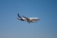 Lato di volo del Airbus A318 Fotografie Stock Libere da Diritti