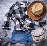Lato dziewczyn modnisiów strój na szarym tle Fotografia Royalty Free