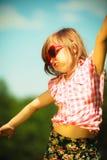 Lato Dziewczyna dzieciak w czerwony okularów przeciwsłonecznych bawić się plenerowy Zdjęcia Stock