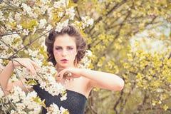 Lato dziewczyna przy kwiatu drzewem Kobieta z wiosny mody makeup Wiosna wakacje prognoza pogody skincare i twarz obraz royalty free