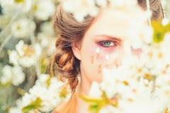 Lato dziewczyna przy kwiatu drzewem Wiosna wakacje prognoza pogody twarz i skincare, kobiety zdrowie alergia kwiaty zdjęcia stock