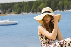 Lato dziewczyna z kapeluszowym pobliskim jeziorem Rocznika kolor obraz stock