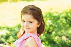 Lato dziewczyny moda szczęśliwego dzieciństwa Mała dziewczynka w pogodnej wiośnie Wiosna prognoza pogody skincare i twarz fotografia stock