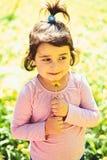Lato dziewczyny moda szczęśliwego dzieciństwa Wiosna prognoza pogody skincare i twarz alergia kwiaty małe dziecko fotografia stock