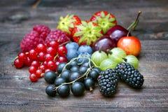 Lato dzikie jagodowe owoc na rocznik deski wciąż życiu Zdjęcie Stock