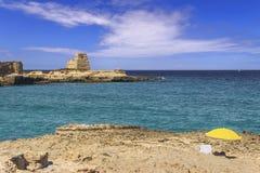 Lato E Piękny wybrzeże Apulia: Roca Vecchia, WŁOCHY Lecka zdjęcie stock