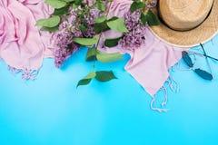Lato flatlay z różowym szalikiem, słomianym kapeluszem i sungasses na błękicie, Obrazy Stock