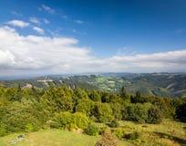Lato gór wieś pod niebieskim niebem Obrazy Royalty Free