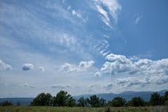 Lato góry zielona trawa i niebieskie niebo z chmurami Obraz Royalty Free