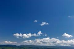 Lato góry zielona trawa i niebieskie niebo z chmurami Zdjęcia Stock