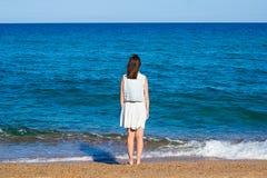 Lato i podróży pojęcie - tylny widok kobieta na plaży zdjęcie royalty free