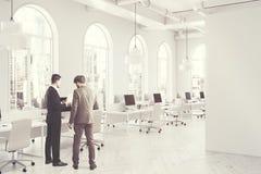 Lato interno dell'ufficio bianco dello spazio aperto tonificato Fotografia Stock Libera da Diritti
