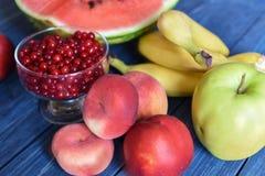 Lato jagody na drewnianej powierzchni i owoc Fotografia Stock