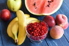 Lato jagody na drewnianej powierzchni i owoc Zdjęcia Royalty Free