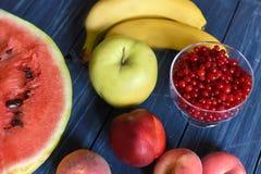 Lato jagody na drewnianej powierzchni i owoc Fotografia Royalty Free