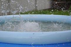 Lato jest gorącym dniem Błękitny basen wypełniający z wodą 3d tło odpłaca się pluśnięcia nawadnia biel Wioska jest z miasteczka O obrazy stock