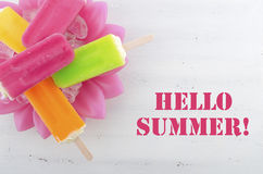 Lato jest Tutaj pojęciem z jaskrawymi kolorów lodami Zdjęcie Stock