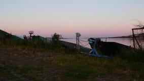 Lato jezioro Panoramiczny widok stare łodzie rybackie Widok zmierzch zbiory