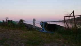 Lato jezioro Panoramiczny widok stare łodzie rybackie Widok zmierzch zbiory wideo