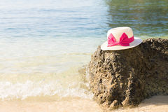 Lato kapelusz i morze fala Zdjęcia Royalty Free
