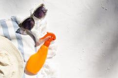 Lato kapelusz, ręcznik, okulary przeciwsłoneczni na białej powierzchni, cień drzewo Opr??nia przestrze? dla projekta zdjęcia royalty free