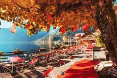 Lato kawiarnia na pięknym jeziorze między górami alps hallucinate obrazy stock