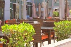 Lato kawiarnia, stoły i krzesła, odpoczynek na letnim dniu fotografia royalty free