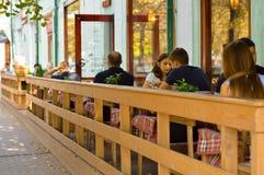 Lato kawiarnia w na wolnym powietrzu, ludzie je Fotografia Stock