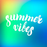 Lato klimaty wręczają pisać literowanie na kolorowym tle Obrazy Royalty Free