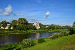 Lato kościół przy lato brzeg rzecznym krajobrazem Rzeczny kościelny refl fotografia royalty free