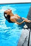 Lato Kobieta W Pływackiego basenu wodzie Zdrój Ciało opieka, piękno Obrazy Stock