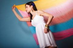 Lato kobieta z barwioną chustą na błękicie Obraz Stock