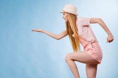 Lato kobiety mienia kopii przestrze? fotografia royalty free
