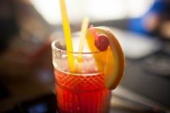 Lato koktajl z owoc na stole obraz royalty free