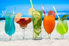 Lato koktajli/lów napoje z plażą na tle zdjęcia stock