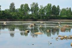 LATO krajobraz Ampuł skał jut z wody Poziom wody w rzece zmniejszającej Obrazy Stock