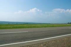 LATO krajobraz Asfaltowa droga przechodzi wzdłuż poly i łąk Fotografia Royalty Free