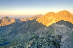 LATO krajobraz 1257 metrów wzrostu górę góry Poland skrzyczne świetle wschodu słońca Obrazy Stock