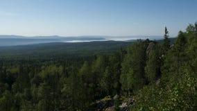 Lato krajobraz w górach i zmroku - niebieskie niebo Timelapse Chmury Ruszają się w niebieskim niebie nad drzewami zdjęcie wideo