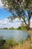 Lato krajobraz z rzeką i chmurami Zdjęcie Royalty Free