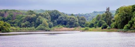 Lato krajobraz z rzeką i lasem w odległości Zaciszność cal obraz royalty free