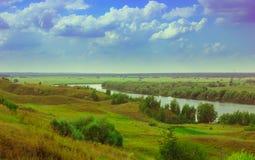 lato krajobraz z rzeką i polem Zdjęcia Stock